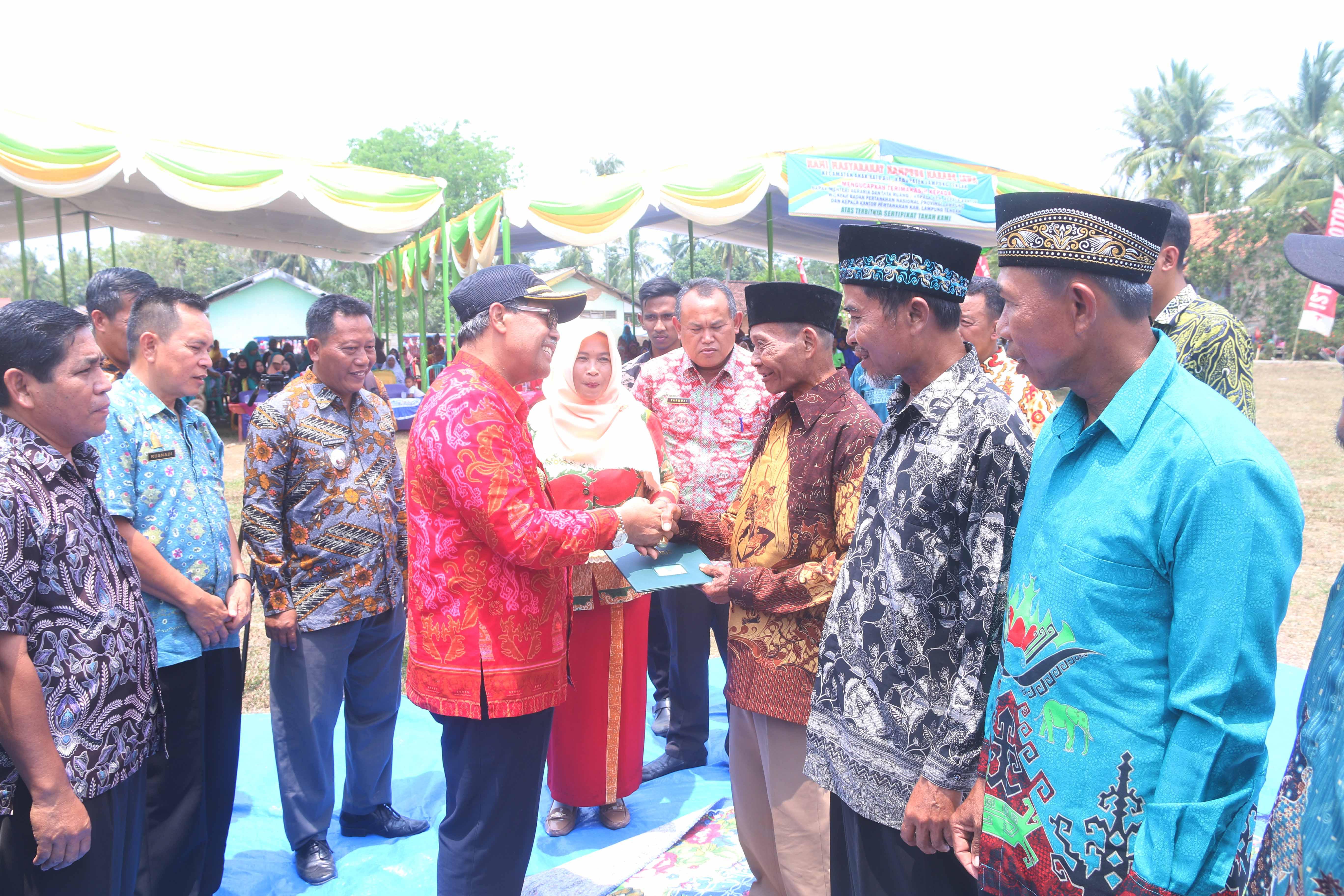 Bupati Loekman Bagikan Sertifikat Tanah Program PTSL di Kampung Karang Jawa