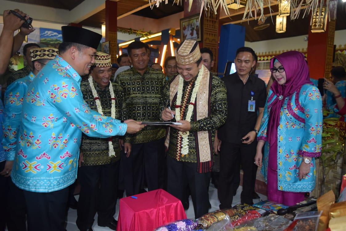 Guburnur Lampung M. Ridho Ficardo. Mengunjungi Anjungan Kabupaten Tanggamus