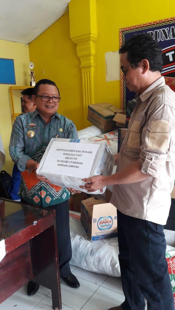 Kadinsos Provinsi Lampung Sumarju Saeni Serahkan 249 Paket Bantuan