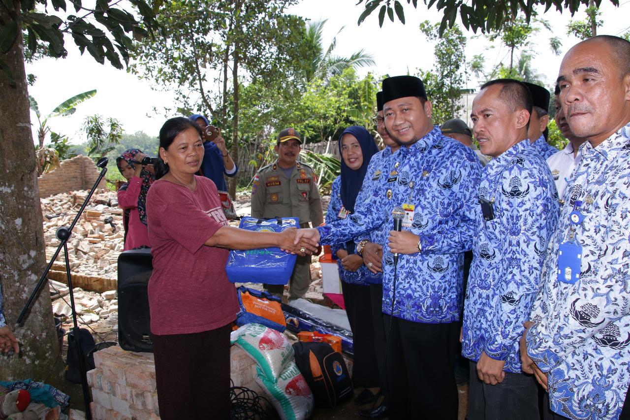 Bupati Agung Berikan Bantuan Pada Korban Puting Beliung di Desa Margorejo