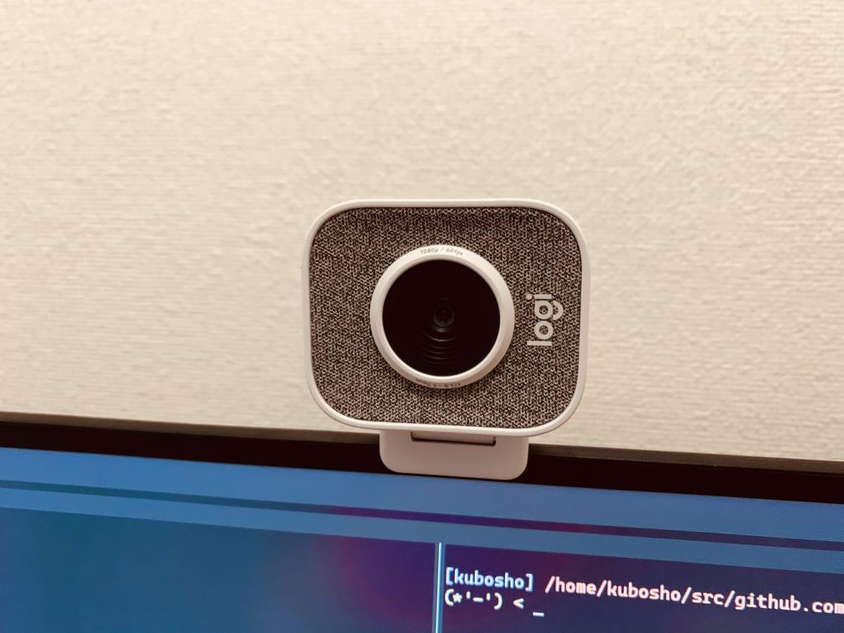 ロジクールStreamCamの見た目。カメラ部分は角丸の長方形で真ん中にカメラがあり、周辺をマイクが覆っている