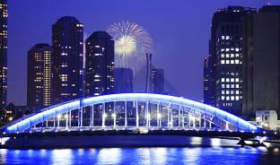 7월, 도쿄의 밤하늘에 획을 긋는 불꽃