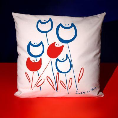 """Coussin """"Sourire en fleurs rouges et bleues"""""""
