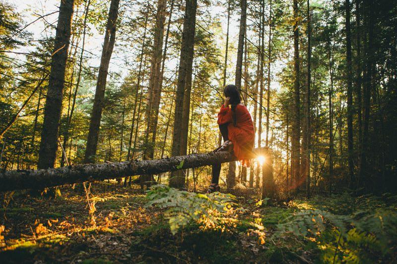 jeune femme qui recharge ses forces auprès de la nature
