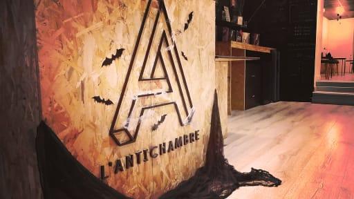 Photo du comptoir de L'Antichambre Escape Games décoré pour Halloween