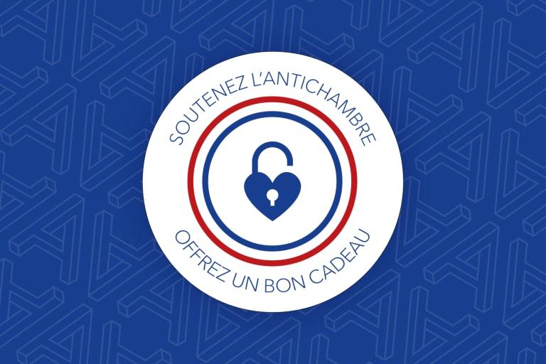 Cocarde tricolore bleu, blanc et rouge avec un pictogramme de cadenas ouvert en forme de coeur et le texte : Soutenez L'Antichambre, offrez un bon cadeau