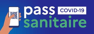 Main tenant un smartphone avec un QR code affiché et le texte : Pass sanitaire COVID-19