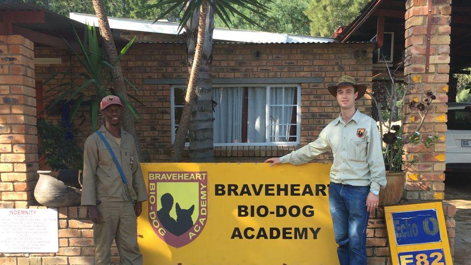 Sofia tränade hund i Sydafrika på sin praktik