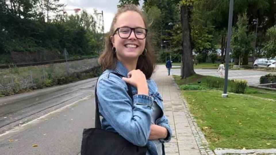 Elin tog studenten för 1 år sedan och nu är hon i skolbänken igen på högskolan.