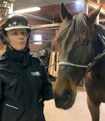 Amanda Hedlund, lärare Hästhållning Trav, och  hästen Vincent på Bergsåkers travskola.