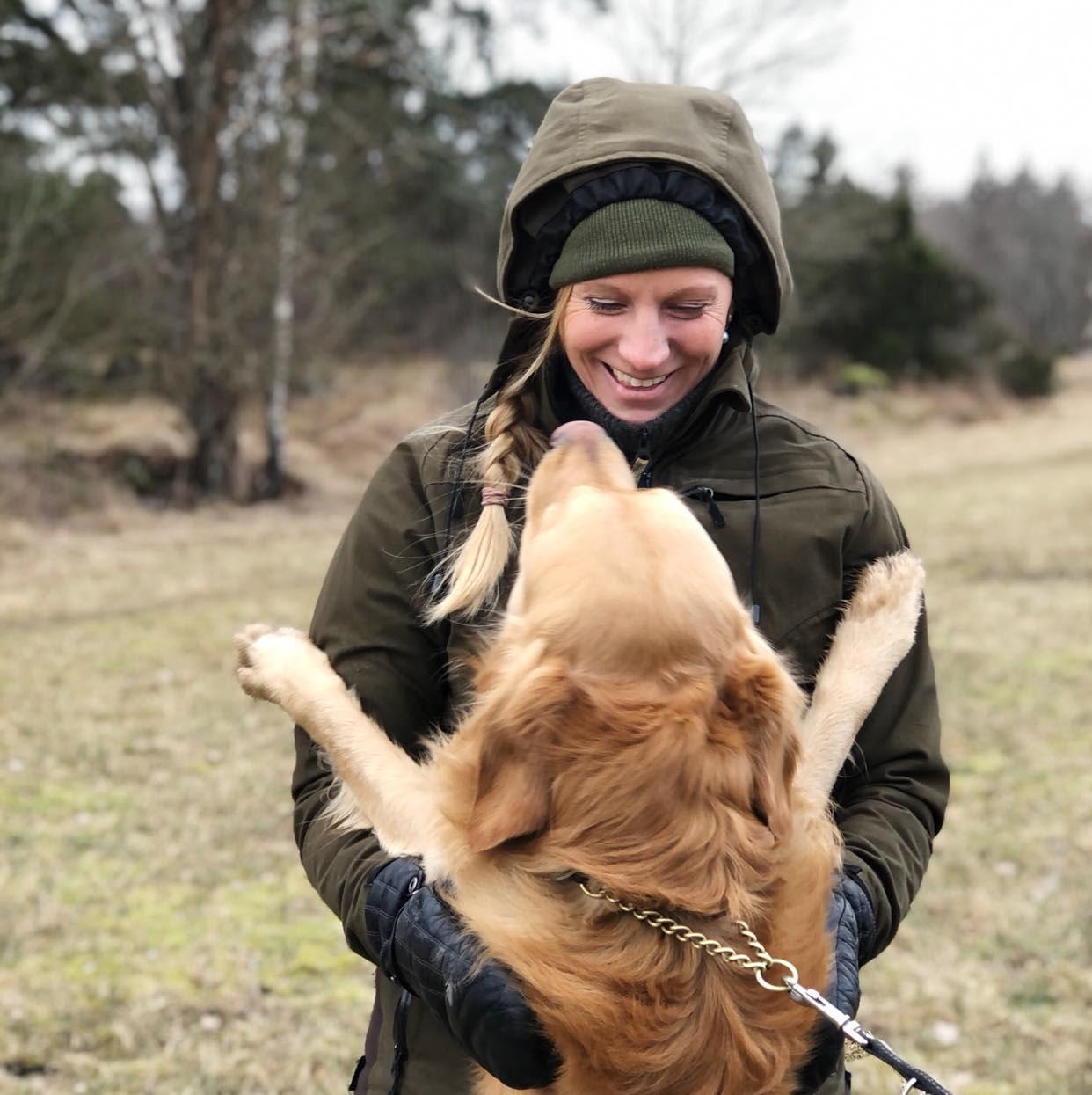 Sandra med en av sina hundar. Golden retriever Morgan.