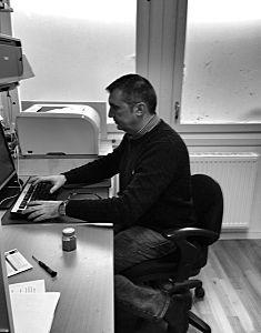 Nikola Petranovic arbetar också som förstelärare. Här hjälper han till och redigerar filmen om Stormaktstiden