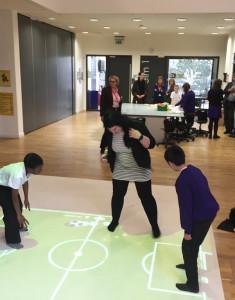 Jag sparkade av mig skorna och spelade lite skuggfotboll tillsammans med elever på Elm Park Primary School. Foto: Johan Lindström