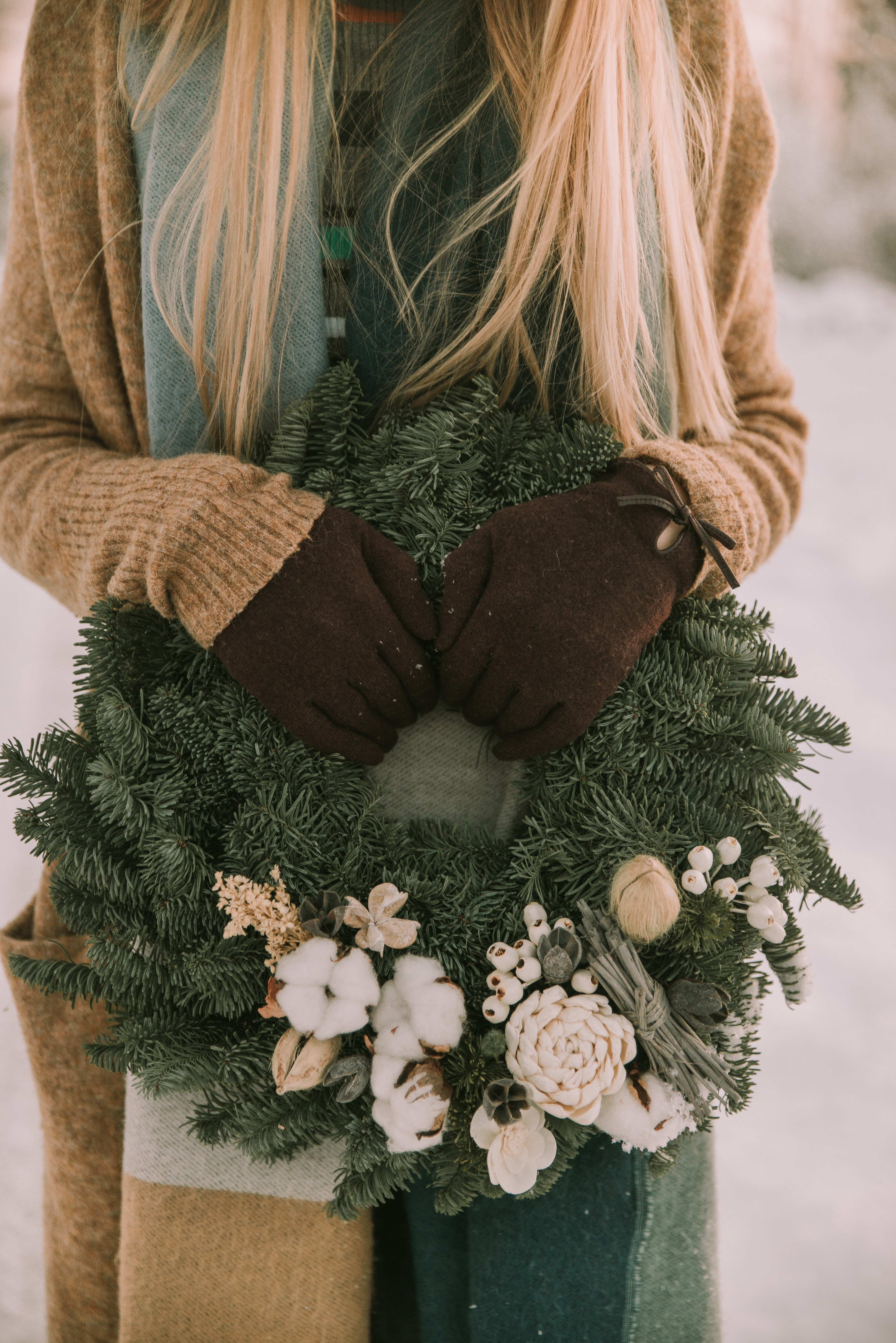 woman holiday a wreath in the snow