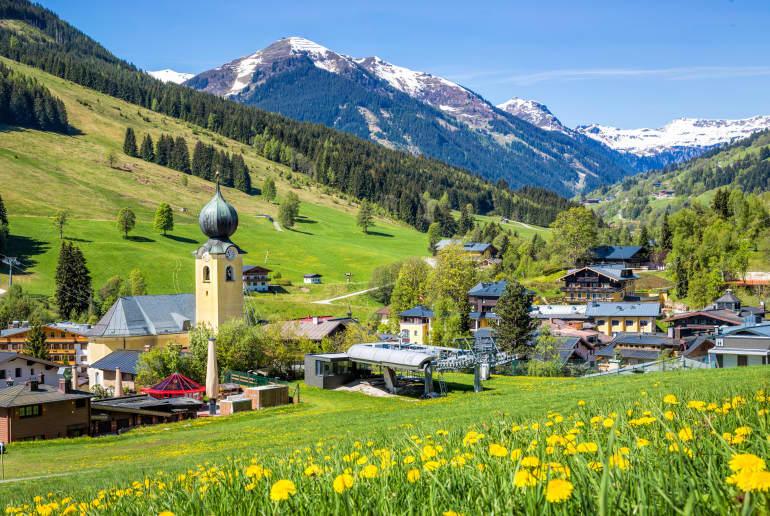 Wiesen Berge, und Kirche in Saalbach-Hinterglemm
