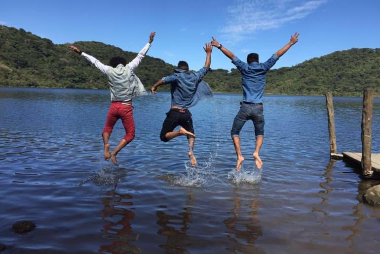 Männer springen in See