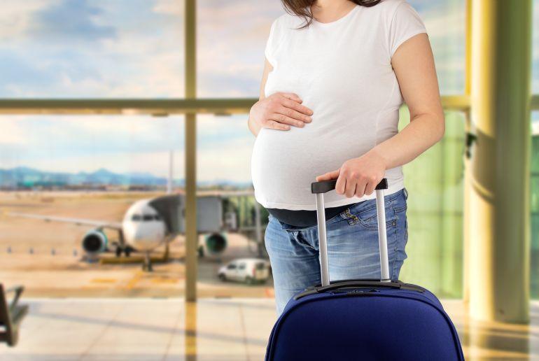 Frau schwanger am Flughafen