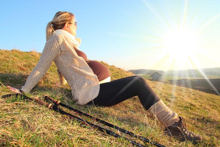 Schwangerne Frau beim wandern in den Bergen