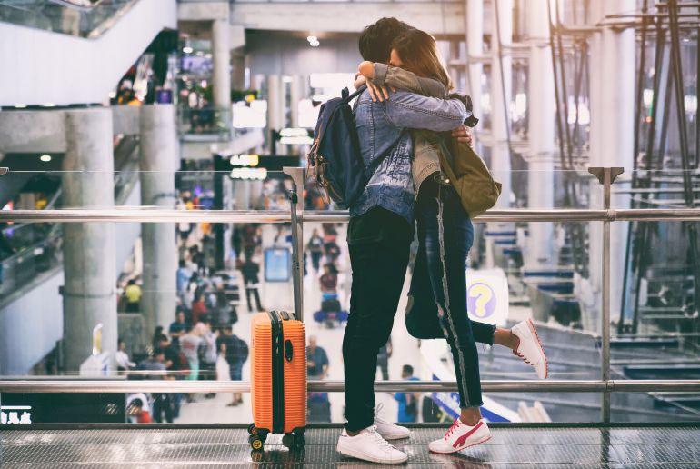 Freunde treffen sich am Flughafen
