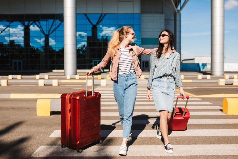 Frauen mit rotem Koffer