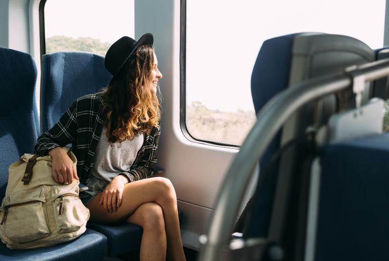 Frau im Zug mit Tasche