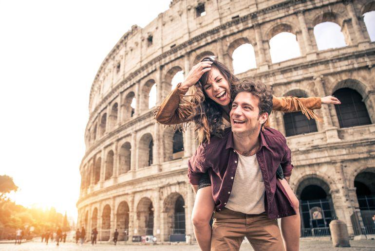 Paar vor Kolloseum in Rom