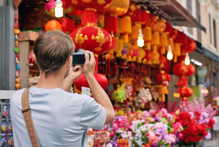 Mann macht Foto auf einem Markt