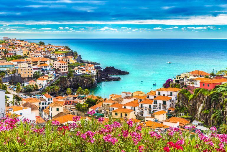 Meer mit Häusern in Portugal