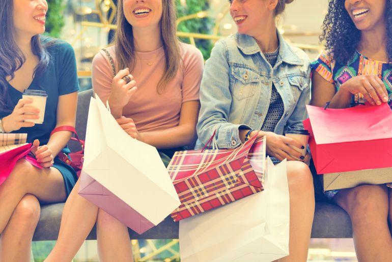 Mädchen beim Shopping