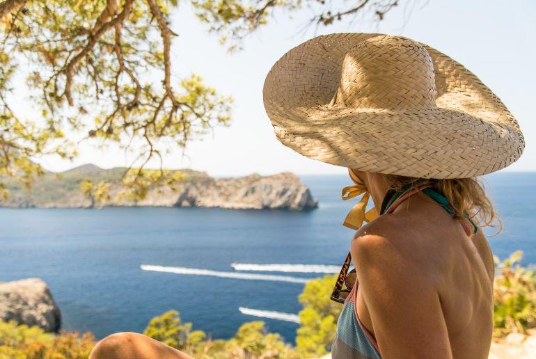 Frau am Meer in Mallorca