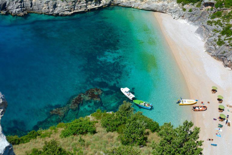 Bucht mit Booten in Albanien