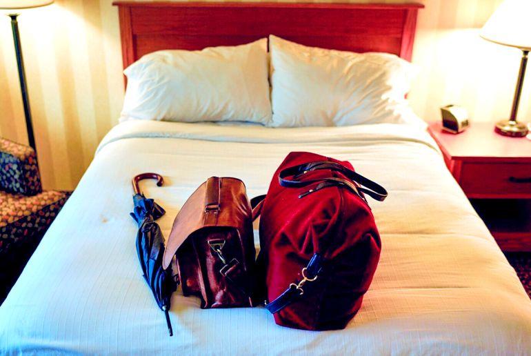 Gepäck auf Hotelbett