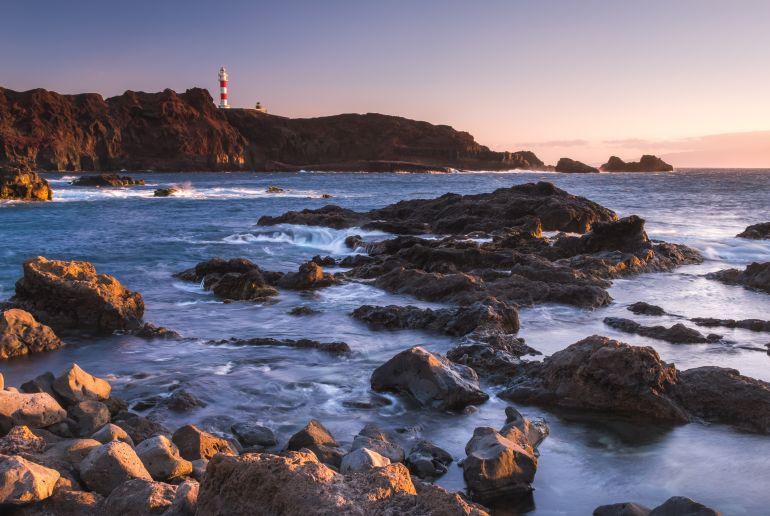 Leutchturm und Steine am Meer