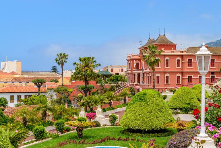 Rosa Haus und Garten in Spanien