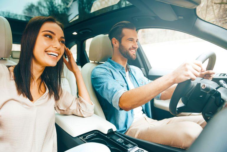 Mann und Frau im Auto