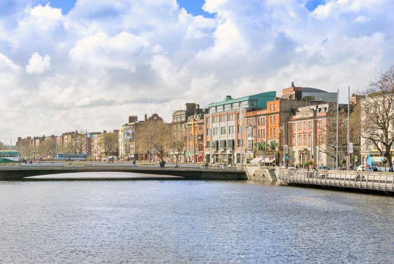 Fluss und Häuser in Irland