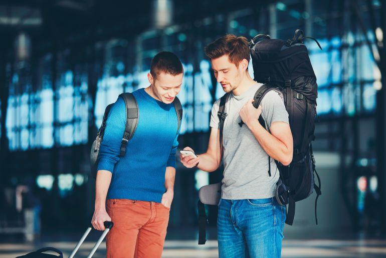 Männer mit Rucksack am Flughafen