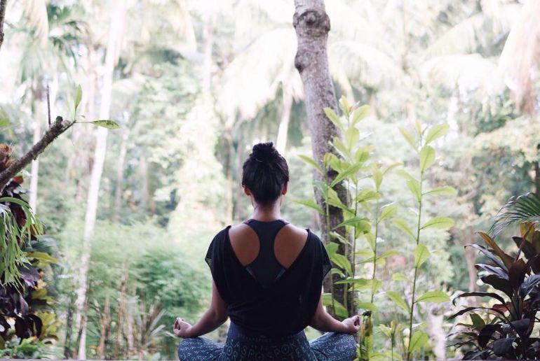 Frau Macht Yoga im Dschungel