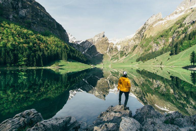 mann in den schweizer alpen