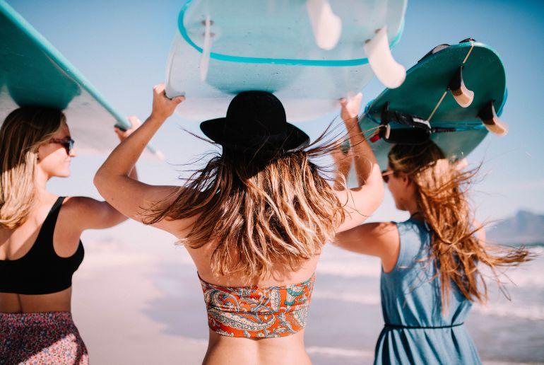 Mädchen beim Surfen