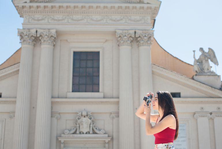 Mädchen macht Foto von Sehenswürdigkeit