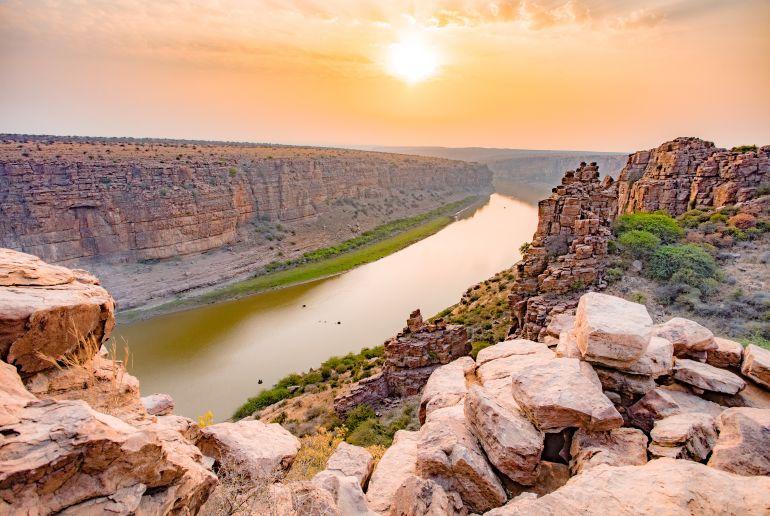Fluss bei Sonnenaufgang in Indien