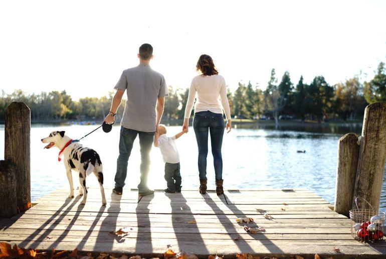 Familie mit Hund am See