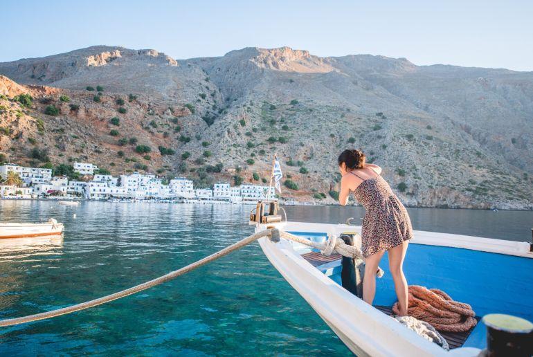 Frau auf Boot macht Foto