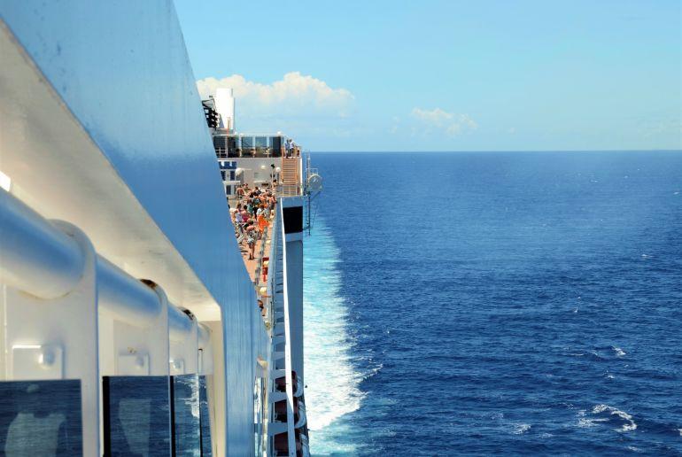 Blick vom Kreuzfahrtschiff aufs Meer