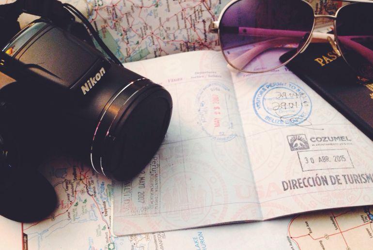 kammera, Reisepass und Sonnenbrille