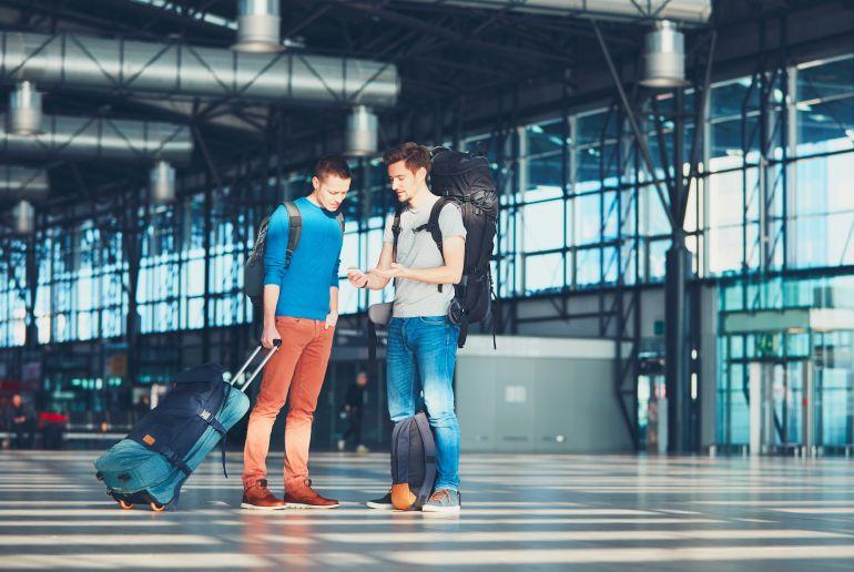 Männer am Flughafen