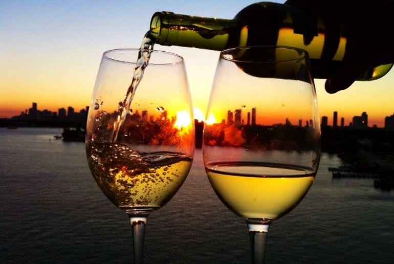 Weisswein in zwei Gläsern vor Skyline