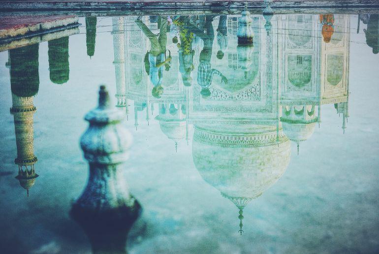Wasser mit Spiegelung in Indien