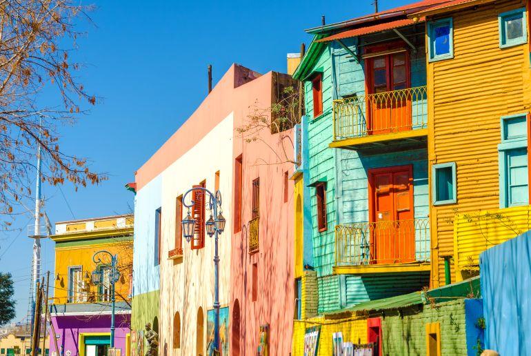Bunte Häuserreihe in Argentienen